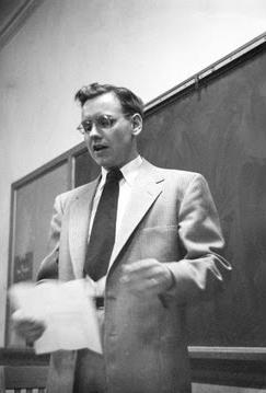 Warren Buffett docerend, afgebeeld voor het schoolbord.
