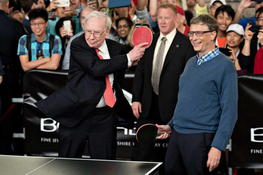 Warren Buffett speelt tafeltennis met Bill Gates naast hem.