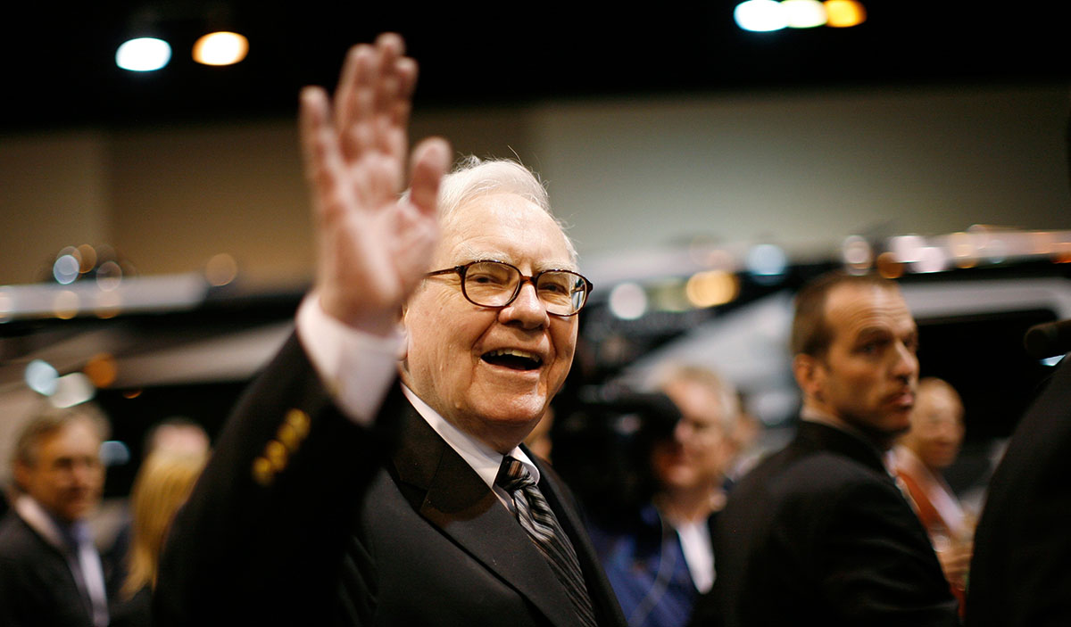 Buffett met zichtbaar plezier zwaaiend naar aandeelhouders.
